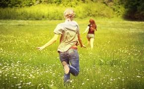 Обои девушки, ромашки, бег, поле