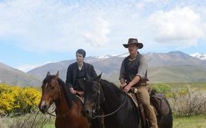 Картинка горы, кони, шляпа, равнина, ковбой, всадники, вестерн, Michael Fassbender, Майкл Фассбендер, Kodi Smit-McPhee, Slow West, ...
