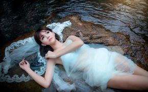 Картинка девушка, ручей, камни, течение, платье