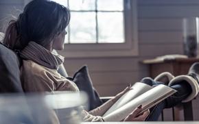 Картинка боке, журнал, джинсы, в кресле, девушка, шарфик