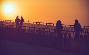 Картинка солнце, закат, мост, город, люди, настроение, силуэт