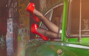 Картинка car, девушка, красный, зеленый, ретро, green, туфли, red, girl, ножки, пинап, cars, pinup, girls, retro, …