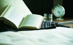 Картинка диван, макро, стол, отдых, часы, будильник, книга, чтение, свитер, воды, стакан