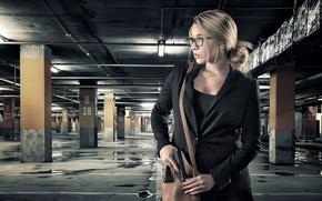 Картинка девушка, пистолет, сумка, подземка