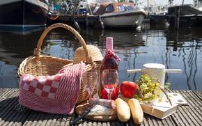 Картинка вино, корзина, бутылка, яблоко, полотенце, букет, лодки, причал, бокалы, хлеб, нож, книга, шляпка, пикник, колбаса