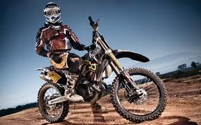 Картинка тень, колеса, мотоцикл, шлем, пилот, мотокросс, гоночный трек, экстремальный спорт