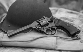 Обои оружие, револьвер, каска, шлем