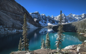 Картинка снег, Moraine Lake, горы, деревья, озеро, Альберта, Banff National Park, облака, небо, скалы, Канада, лес