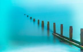 Картинка море, берег, столбики