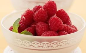 Обои ягоды, малина, листок, еда, чашка, тарелка