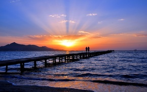Картинка море, небо, закат, горизонт, двое, мостик, берег. пляж