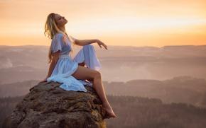 Картинка девушка, пейзаж, закат, камень, вид, высота, даль, ножки, Erotic sunset