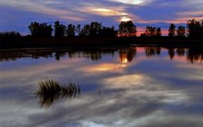 Обои небо, деревья, закат, красный, яркий, тучи, гладь, отражение, река, синева, Вечер, сумерки