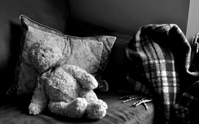 Картинка тоска, диван, плюшевый, одиночество, подушка.одеяло, чёрнобелый, мишка