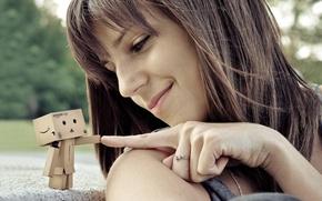 Обои девушка, улыбка, коробка, робот, пирсинг, палец, данбо, колечко, картонная