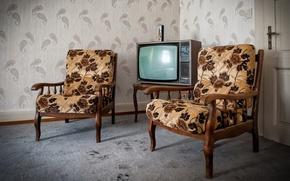 Картинка дверь, телевизор, кресла