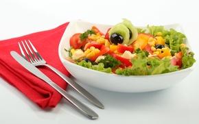 Картинка зелень, кукуруза, сыр, тарелка, нож, вилка, помидоры, салфетка, огурцы, салат, маслины, столовые приборы