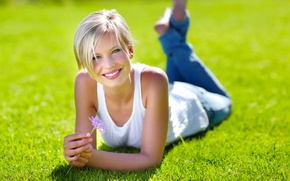 Картинка цветок, трава, девушка, радость, улыбка, блондинка