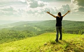 Картинка небо, трава, пейзаж, горы, природа, женщина, высота, руки, простор