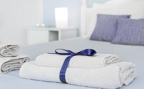 Картинка комната, кровать, интерьер, постель, полотенцы