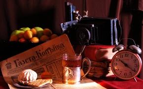 Картинка стакан, фон, чай, яблоки, часы, книги, печенье, будильник, фотоаппарат, ваза, фрукты, ложечка, абрикосы, зефир, подстаканник, ...