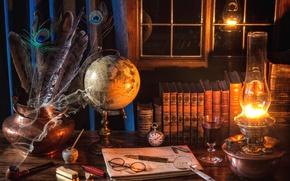 Обои очки, натюрморт, лампа, вино, книги, трубка, часы, окно, лупа, глобус, перья, ручка