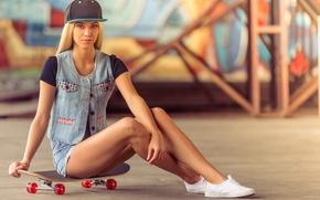 Картинка девушка, поза, шорты, фигура, блондинка, кепка, ножки, скейт, скейтборд, джинсовка