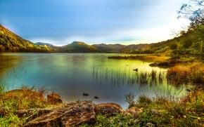 Картинка небо, трава, камни, берег, горы. озеро
