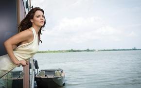 Картинка пейзаж, природа, река, лодка, фигура, платье, актриса, прическа, фотограф, певица, шатенка, журнал, в белом, Katharine …