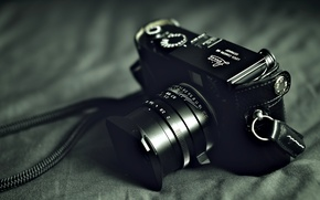 Картинка фотоаппарат, объектив, корпус, чехол, затвор, тёмный фон, диафрагма, «Leica»