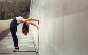 Обои грация, танец, Mira Boumejmajen, стена, девушка
