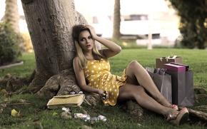 Картинка девушка, дерево, сумки