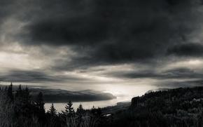Картинка небо, облака, река, черно-белая