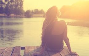 Картинка девушка, солнце, свет, река, причал