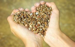 Картинка сердце, руки, камешки
