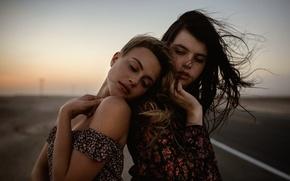 Картинка две девушки, Charlotte, Jesse Herzog, Raluca, Desert Highway