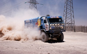 Картинка песок, забор, скорость, пыль, мастер, вышка, грузовик, rally, ралли, камаз, kamaz, дакар, dakar, redbull