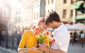 Обои девушка, радость, цветы, город, букет, столб, пара, тюльпаны, рыжая, парень, улыбки