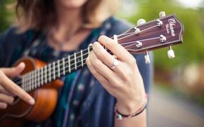 Картинка девушка, гитара, струны, кольцо, пальцы, гриф, музыкальный инструмент