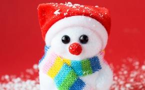 Картинка снеговик, шарфик, красный фон, колпак, сувенир, искусственный снег