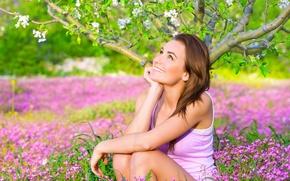 Картинка взгляд, цветы, улыбка, дерево, сидит, девушка. настроение