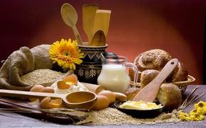Картинка цветы, стол, доска, зерно, молоко, тарелка, хлеб, булочки, мешок, кувшин, колосья