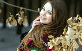 Обои листва, зима, русые волосы, улыбка, платок, Русская, славянка