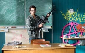 Обои оружие, школа, доска, Elyas M'Barek, Fack ju Göhte, Зачётный препод, класс, Элиас ЭмБарек, учитель, очки