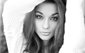 Картинка глаза, взгляд, девушка, лицо, волосы, черно-белая, кофта, теплая