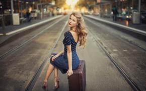 Картинка взгляд, город, ретро, улица, платье, чемодан