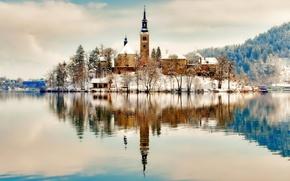 Картинка зима, снег, горы, озеро, отражение, остров, церковь, Словения, Блед