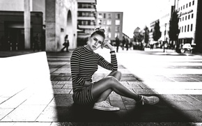 Картинка девушка, город, улица, ножки, сидит, Vanessa, Miro Hofmann, чб