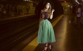 Обои юбка, девушка, босоножки, метро