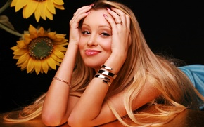 Картинка взгляд, девушка, улыбка, стол, фон, милая, волосы, подсолнух, кольца, руки, актриса, блондинка, губы, красавица, певица, …